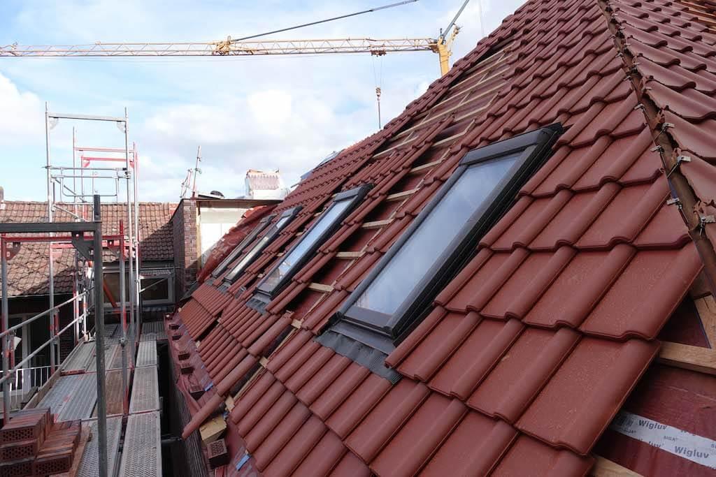 Foto vom Dach der Baustelle der EBB mit einem Kran