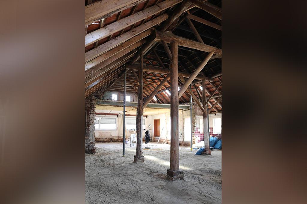 Innenraum des Gulfhofs mit Holzpfeilern