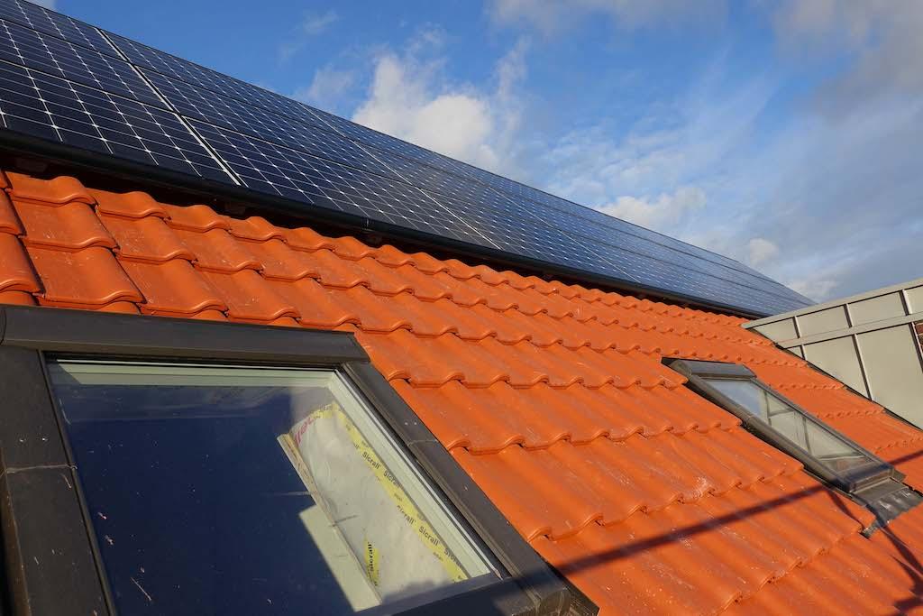 Dach mit installierter Photovoltaikanlage in der Butterstraße